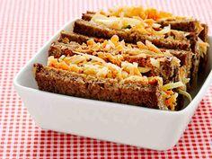 Ruokaisat sandwichit kätkevät sisäänsä kasvistäytteen ja sopivat piknikeväiksi. http://www.yhteishyva.fi/ruoka-ja-reseptit/reseptit/kasvissandwich/014359