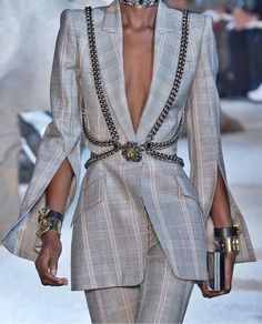 Alexander McQueen Spring 2019 Ready-to-Wear Fashion Show Fashion Details, Love Fashion, High Fashion, Fashion Show, Fashion Looks, Fashion Design, Couture Fashion, Runway Fashion, Womens Fashion