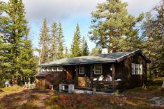 IDYLLISK: Hytta ligger flott til i skogkanten med nydelig utsikt. Cabin Interiors, Edinburgh, Cottage, House Styles, Home Decor, Decoration Home, Room Decor, Cottages, Cabin