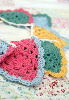 Crochet Granny Bunting - Gehaakte Granny Vlaggetjes (Bees and Appletrees) Crochet Home, Love Crochet, Diy Crochet, Crochet Crafts, Crochet Projects, Sewing Crafts, Crochet Triangle, Crochet Squares, Crochet Granny