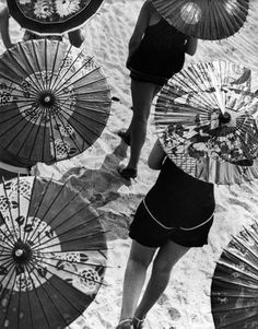 Martin Munkacsi - the portrait in action - on the beach, column of parasol umbrellas. Martin Munkacsi, Richard Avedon, Man Ray, Black White Photos, Black And White Photography, Belle Epoque, History Of Photography, Fashion Photography, Classic Photography
