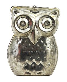 Brocant old baking mold 'Owl'  Brocante baking mold 'Owl'.   Oude Brocante baking mold in the image of an owl. Made in metal. akvorm of bakblik met ophangring in de vorm van een Uil. Gemaakt van licht metaal. Because of his age this tin has a nice discoloring. Great as a brocant decoration, but it can also still be used. It's in a lovely vintage condition.  see: http://www.retro-en-design.co.uk/a-44529568/bric-a-brac/brocant-old-baking-mold-owl/