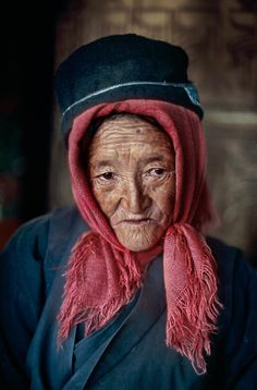 Tibet | Steve McCurry, old lady, woman, scarf, hat, wrinckles, lines of life, expression, powerful face, intense eyes, portrait