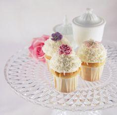 Cupcakes mit kandierten Blüten (Hornveilchen, Gartenrose, Apfelblüte)