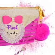 joli #trousse à maquillage #rose transparente rayée avec pompon fushia, et noeud diamant. https://www.alittlemarket.com/trousses/fr_trousse_a_maquillage_rose_transparente_avec_pompon_-19059370.html