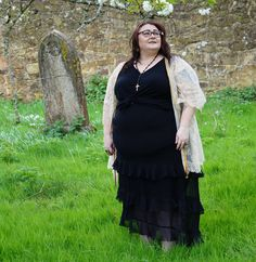 Fat hippie chick   Now spring has well and truly sprung I've got loads of outfit shots set in places with lovely scenery. James has been roaming about with our zoom lens instead of using the kit lens on our camera and the shots are so much nicer. Any link with AL written after it within this post is an affiliate link which means if you click and buy from it I will earn a small commission. In these photos I'm wearing:Gold kimono Viva VoluptuousCross back vest top AL Yours Clothing Ruffle…