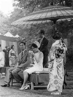 พระบาทสมเด็จพระเจ้าอยู่หัวภูมิพลอดุลยเดช  และสมเด็จพระนางเจ้าสิริกิติ์  King Bhumibol Adulyadej and Queen Sirikit พระราชวังจักรพรรดิเซนโต  Sento Imperial Palace เกียวโต ญี่ปุ่น | Kyoto, Japan  ถ่ายเมื่อปีค.ศ.1963 (พ.ศ.๒๕๐๖)