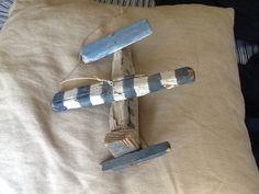 Con i pezzi di legno trovati in riva al lago  ho realizzato un piccolo aeroplano .
