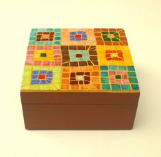 Mosaic jewellery box with abstract squares pattern by Mosaicloud Mosaik-Schmuckschatulle mit abstraktem Quadratmuster von Mosaicloud Glass Jewelry Box, Wooden Jewelry Boxes, Jewellery Box, Stone Mosaic, Mosaic Art, Mosaic Projects, Mosaic Ideas, Glazed Ceramic Tile, Mosaic Madness
