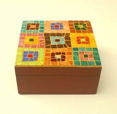 Un patrón de mosaico abstracto vívida y colorida pone en una caja de madera de la joyería. Azulejos de cerámica se han utilizado para el mosaico, todo cortados a mano, pegado encima de la caja y lechada en lechada amarillo. El interior de la caja y los otros lados están pintados con barniz