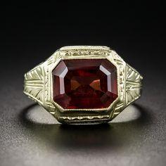 Desde el 1920-30s, este anillo de sello del estilo a la medida y refinado Art Deco, hecha a mano y en oro amarillo de 14K grabada a mano, brilla con un granate de talla esmeralda preciosa, rica, canela de color oscuro, con un peso de 3,50 quilates. Elegantemente discreta. Actualmente tamaño de anillo 5