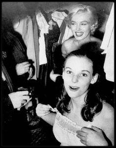 """5 Octobre 1955 / Marilyn se rend à la Première de la pièce de théâtre """"The diary of Anne FRANK"""", au """"Cort Theater"""" de New-York, avec dans le rôle principal Susan STRASBERG, fille de Lee et jeune amie de Marilyn, qui d'ailleurs vient la féliciter dans sa loge après sa performance ; la soirée se poursuit au """"Sardi's restaurant"""" pour un dîner. / Susan relatera dans ses mémoires, notamment dans le livre """"Marilyn et moi"""", qu'elle considérait la star comme sa soeur de substitution. Susan STRASBERG…"""