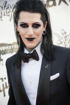 He has glitter eyeliner & falsies *o*