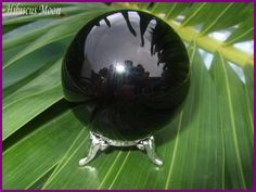 How to tell the Difference between Black Onyx, Jet, Apache Tear, Black Tourmaline & Black Obsidian - Hibiscus Moon Crystal Healing Academy Crystal Skull, Crystal Sphere, Crystal Grid, Black Crystals, Crystals And Gemstones, Stones And Crystals, Healing Stones, Crystal Healing, Apache Tears