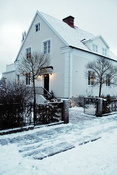 I just love this house of Philia! ck love the white and outdoor lights Future House, My House, House Of Philia, Cottage Shabby Chic, House Doors, Scandinavian Home, White Houses, My Dream Home, Curb Appeal