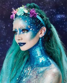 Looking for some fun Halloween costume ideas or some cool spooky makeup and hair We ve got you covered with this ocean blue, sparkly mermaid hair how to. Halloween Costume Mermaid, Cool Halloween Costumes, Mermaid Costume Makeup, Siren Costume, Mermaid Costumes, Fete Halloween, Halloween Makeup Looks, Easy Halloween, Make Up Looks