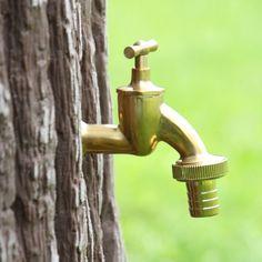 Wasserhahn in Messingausführung für die einfache Entnahme von Regenwasser aus Regentonnen und Regenspeicher. #regentonne #zubehör #regentonnenshop www.regentonnenshop.de
