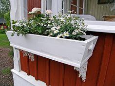 L a n t l i f: Mina blomlådor DIY flower window box Scandinavian Garden, Scandinavian Interior, Flower Window, Window Planter Boxes, Backyard Projects, Little Houses, Furniture Decor, Windows, Dahlia