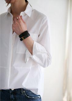 Photo (Death by Elocution) Minimalist Fashion Women, Minimal Fashion, Womens Fashion For Work, Look Fashion, Fashion Boots, Death By Elocution, Classic White Shirt, Simple Shirts, Classic Style Women