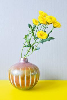 Ausgefallenes Design trifft edle Farbgebung. Holen Sie sich den Sommer in Ihre Vierwände! Glass Vase, Home Decor, Home Desk, Dark Furniture, Light In The Dark, Vases, Summer Recipes, Homes, Decoration Home