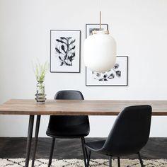 Modern taklampa i metall och glas. Det vitaglaset ger ett mjukt och behagligt sken vilket gör lampanperfekt över t.ex. matbordet. Mått:Ø30 cm x H35 cm. Sladdens längd är 1,6 m. Ljuskälla ingår ej.