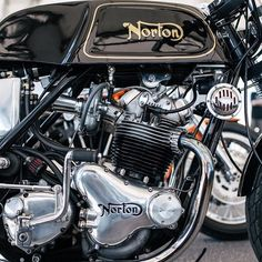 Norton Commando sitting calmly at the Clubhouse café. Now that's a bike people won't fuck with. Moto Norton, Norton Bike, Norton Cafe Racer, Norton Motorcycle, Motorcycle Posters, Motorcycle Engine, Cafe Racer Motorcycle, Retro Motorcycle, British Motorcycles
