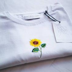 Denne solsikken av en t-skjorte kommer ut i nettbutikken i morgen 🌻 400,- NOK 🌞 _____________________________________ #oslounbranded #sunflower #tshirt #sustainablebrands Sweatshirts, Sweaters, Fashion, Moda, Fashion Styles, Trainers, Sweater, Sweatshirt, Fashion Illustrations