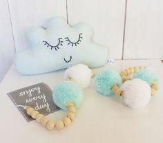 Guirlande POMPONS et perles en bois - Décoration bébé - Tons vert d'eau et blanc : Décoration pour enfants par zig-et-zag