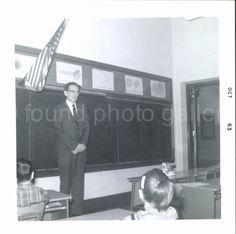 Vintage Photo, Lehrer vor Klassenzimmer, Tafel, amerikanische Flagge, Foto, altes Foto, Snapshot AUGUSTINE0514 gefunden