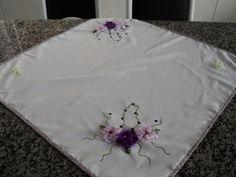 Centro de mesa com flor de beijoquinha em fita de cetim com organza