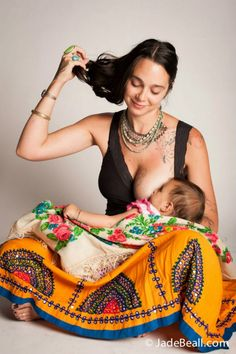 Tra smagliature e segni dopo la gravidanza, il corpo diventa arte in queste foto grazie a Jade Beall