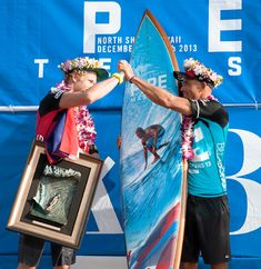 2013 Pipe Masters winner, Kelly Slater with John John Florence and the Pipe Masters trophy surfboard by artist Phil Roberts Julian Wilson, John John Florence, World Surf League, Kelly Slater, Surfboard Art, Iconic Photos, Poster Wall, Special Events