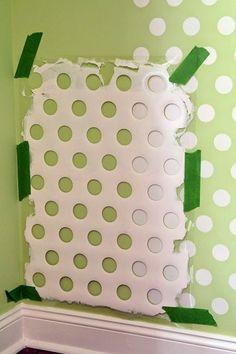 Quer decorar sua parede com uma pintura de bolinhas? O cesto de roupas sujas velho pode ajudar!