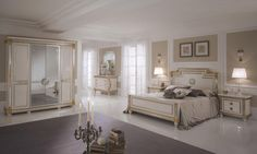 Este es uno de los dormitorios! Es el más grande y es muy luminoso. En la habitación hay una cama muy grande cobierta con almohadas pequeñas y grandes, en marrón y blanco. Al lado de la cama hay una mesilla de noche y encima de ésta hay una lámpara blanca. En la habitación hay también un armario donde se pone la ropa. En el suelo hay una grande alfombra marrón. Encima de la cama, en la pared, son colgados dos cuadros similares.