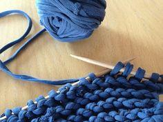 Comment recycler ses vieux T-Shirts tout en s'amusant ? Facile ! En en faisant du fil à tisser, tricoter, faire du crochet. C'est simple et génial pour...