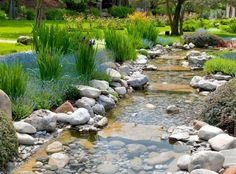Gartenideen Stein und Wasser Flusssteine