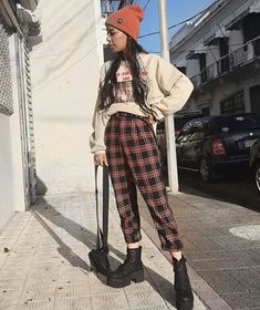 edgy outfits Plaid flannel is not everyones idea of a chic outfit choice, but we have some tips on how to rock the flannel this coming fall! Indie Outfits, Edgy Outfits, Retro Outfits, Cute Casual Outfits, Fall Outfits, Vintage Outfits, Fashion Outfits, Indie Clothes, Korean Outfits