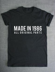He encontrado este interesante anuncio de Etsy en https://www.etsy.com/es/listing/202165648/30-camisa-de-cumpleanos-hecha-en-1986