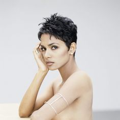 Halle Berry - such a beautiful face, looks best with her short, spiky hair. Long hair hides that face. Halle Berry Hairstyles, Pixie Hairstyles, Pixie Haircut, Short Hair Cuts, Short Hair Styles, Hally Berry, Halle Berry Hot, Hair Pictures, Hairstyles Pictures