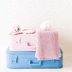Cute painted suitcases - kinderkamer naturel #behang Studio Ditte - Home BN Wallcoverings