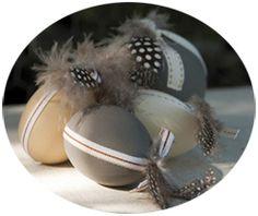 DIY : Œufs en plastique peints et plumes pour une décoration de Pâques naturelle