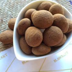 Marcona mandula, diós praliné különleges találkozása. #cudié #catánies #bonbons #chocolate #spanish Brics, White Chocolate, Cocoa, Caramel, Almond, Roast, Bonn, Sticky Toffee, Candy