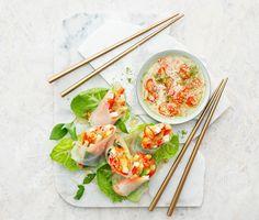 När man gör egna vårrullar krävs lite koncentration, men oj så gott det blir! Dessa innehåller bland annat tofu, nudelsallad och morötter – alltsammans får smak av favoriter som ingefära, sambal oelek och thaibasilika. Servera med en liten skål ljuvlig dipsås!
