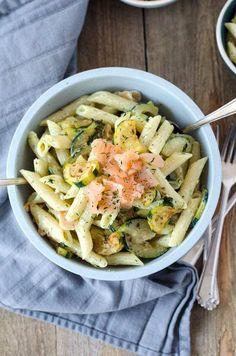 Nudelsalat mit Lachs, Zucchini und Avocado-Jogurtsauce. Leicht, schnell und einfach gemacht. Kalorien auch im grünen Bereich,