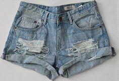 Descubre cómo hacer shorts rasgados con este fácil tutorial que te explica en 4 paso cómo romper y rasgar tu pantalones con la tendencia de moda, los rotos.