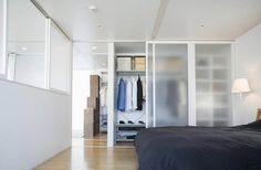 ตู้เสื้อผ้า ในห้องนอน จัดเป็นระเบียบ