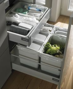Santos garbage cans. The examined interior layout, the drawers and the com … - Home Page Kitchen Room Design, Modern Kitchen Design, Home Decor Kitchen, Interior Design Kitchen, Home Kitchens, Small Kitchens, Kitchen Organization Pantry, Home Organisation, Kitchen Storage