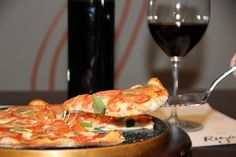 Você acha que pizza combina com vinho? Para provar que sim, a Rigani Pizzeria e a Wine Taste fizeram uma parceria inusitada. Periodicamente, realizarão um evento de pizza harmonizada. E o detalhe é que haverá, juntamente com as pizzas, degustação de vinhos às cegas, ou seja, os rótulos não...