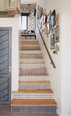 Staircase+Stenciled+stair+risers If your stairs need updating, try these DIY stair makeover ideas and projects! Make your stairs full of style! Wallpaper Stairs, Stair Makeover, Black And White Wallpaper, Staircase Design, White Staircase, Stair Design, Unique Home Decor, Stairways, New Homes