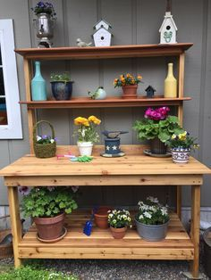 Potting Bench Ideas Want to know how to build a potting bench? Our potting bench plan will give you a functional beautiful garden potting bench in Pallet Potting Bench, Potting Tables, Outdoor Projects, Wood Projects, Planting Bench, Outside Benches, Retro Coffee Tables, Cinder Block Garden, Garden Shelves